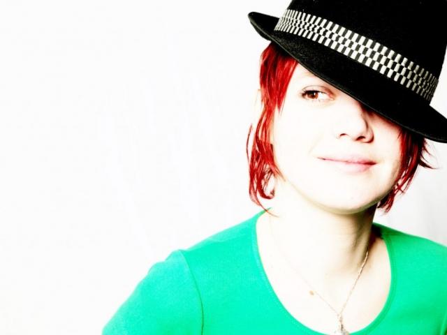 Portrait junge Frau mit Hut