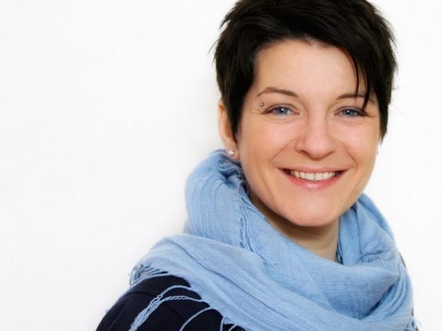 Portrait junge Frau mit blauem Schal